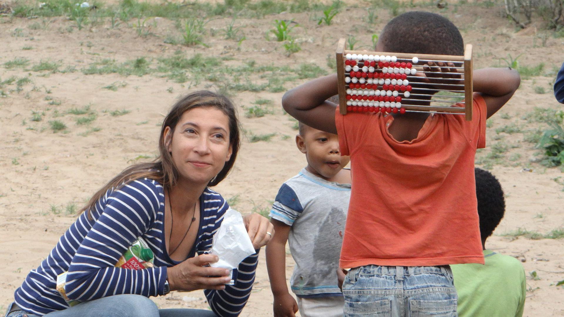Alexandra hilft bei der Kinder-Betreuung